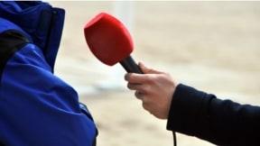 Periodista con micrófono.