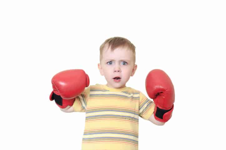 Niño pelea guantes