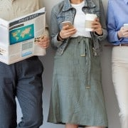 Personas leyendo prensa.
