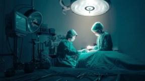 Cirujanos operando.