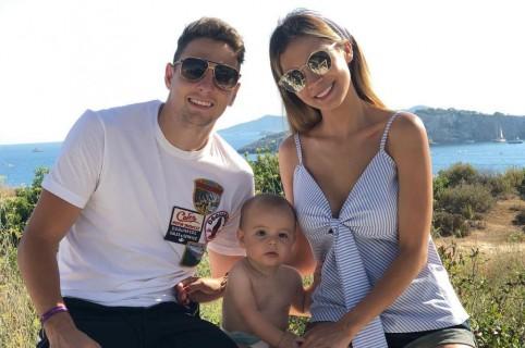 Santiago Arias, futbolista, y Karin Jiménez, modelo, con su hijo Thiago.