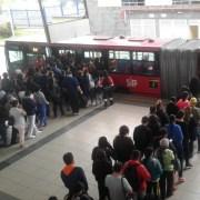 Usuarios de Transmilenio intentando ingresar a un bus articulado.