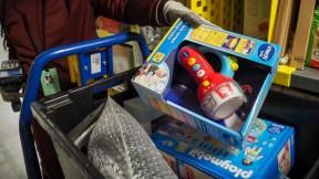 Una mujer empaca juguetes no vendidos en una tienda en París.