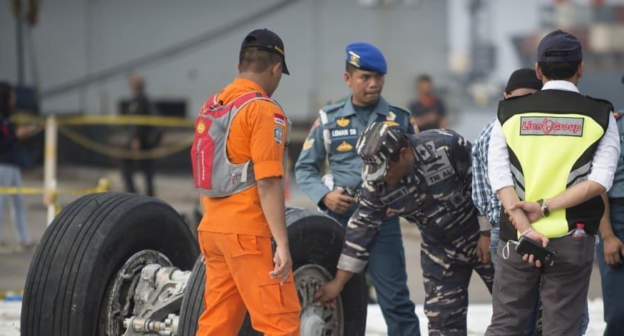 Equipos de rescate analizan las ruedas del avión accidentado de Lion Air