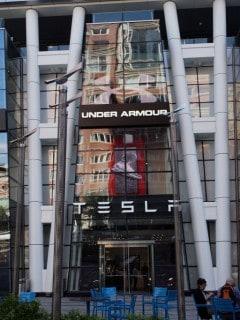 Tienda de Under Armour y Telsa
