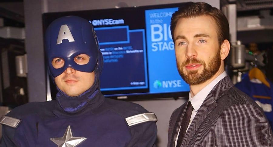 Chris Evans al lado de un Capitán America