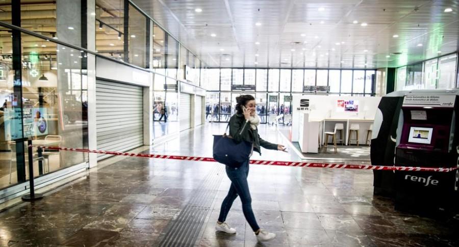 Mujer habla por celular en Barcelona Sants