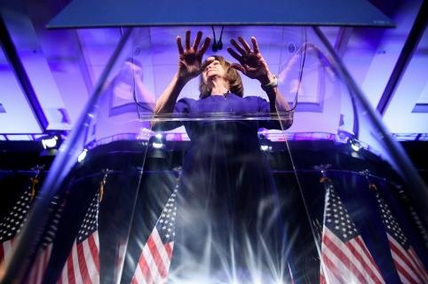 Nancy Pelosi habla durante la noche de elecciones.