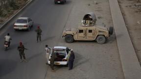 Control de seguridad en la Autovía 1 en Ghazni.