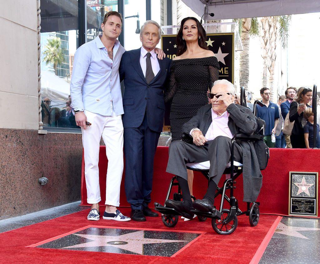 Cameron Douglas, Michael Douglas, Catherine Zeta-Jones, y Kirk Douglas