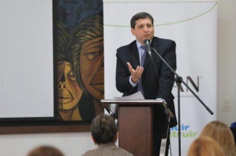 Hombre hablando en público