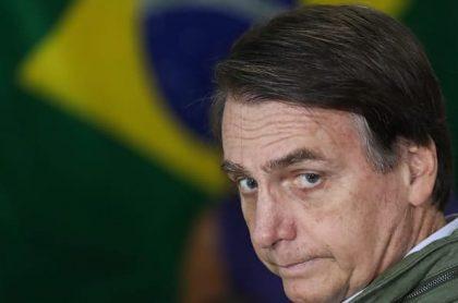 Hombre con la bandera de Brasil de fondo