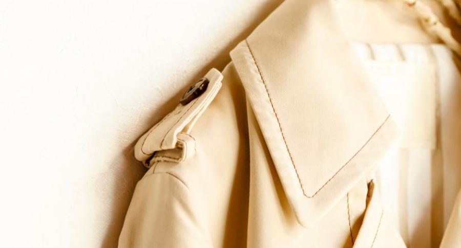 Botón en hombro de chaqueta.