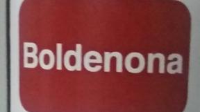 Botella de Boldenona de 500 mililitros en una mesita