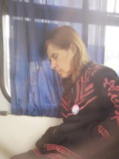 Abuela en un bus