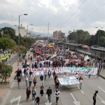 Marcha de estudiantes en la carrera 30