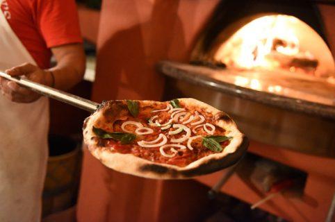 Pizzería en un horno