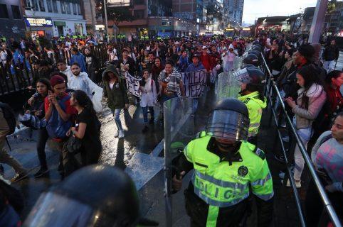 Autoridades vigilan a manifestantes que marchan por las principales calles de la capital hoy, 8 de noviembre de 2018, durante una protesta contra las políticas económicas y el presupuesto para la educación en Bogotá (Colombia).