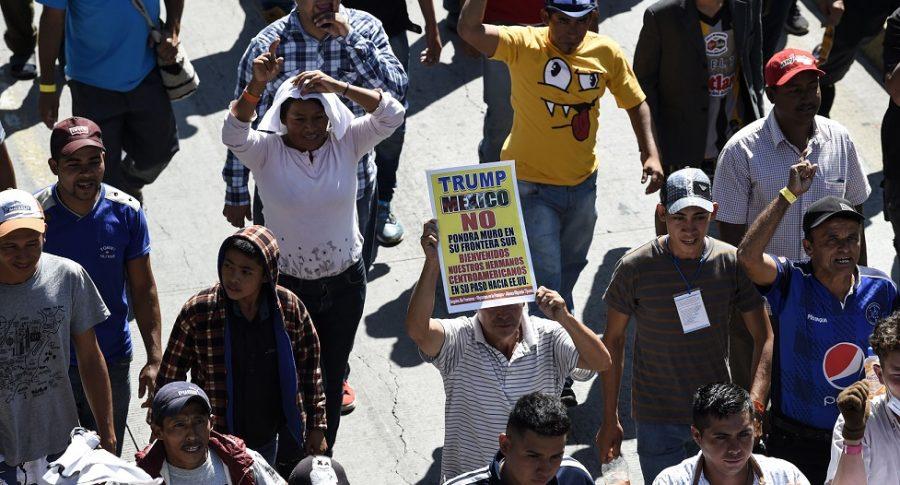 Migrantes hondureños caminan por las calles de Ciudad de México