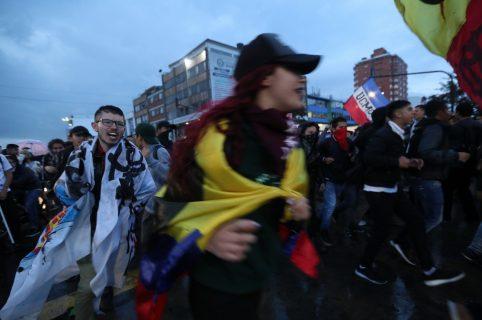 Manifestantes marchan con banderas y pancartas por las principales calles de la capital hoy, 8 de noviembre de 2018, durante una protesta contra las políticas económicas y el presupuesto para la educación en Bogotá (Colombia).