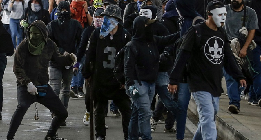 Jóvenes enmascarados en protesta