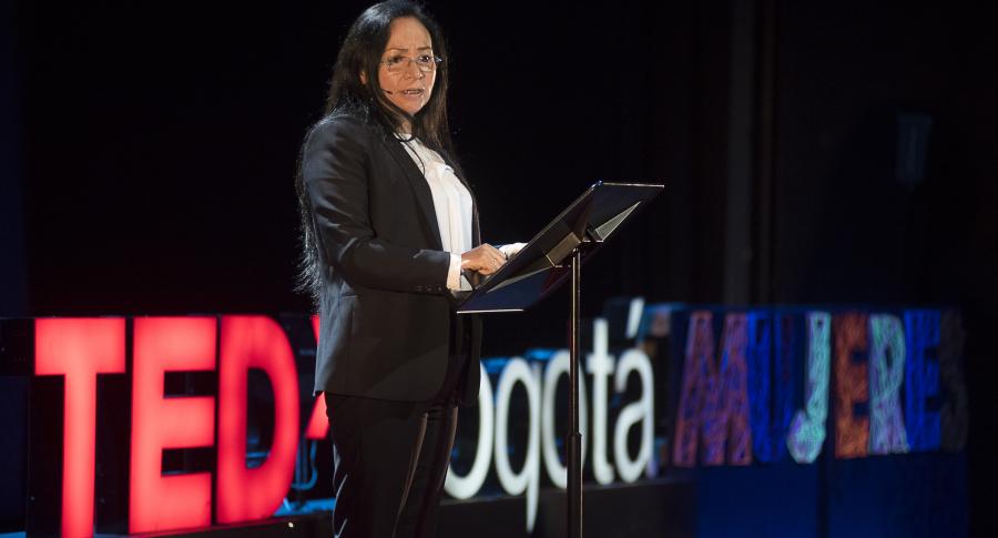 Mujer hablando en público
