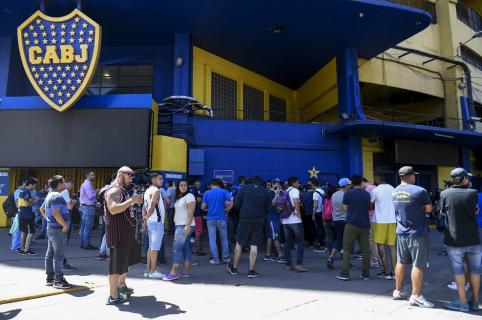 Hinchas de Boca Juniors buscan una boleta en las taquillas del estadio Alberto J. Armando