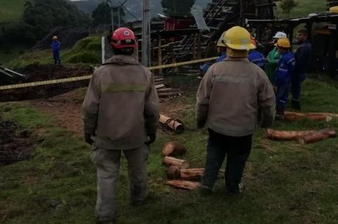 Bomberos controlan la emergencia.