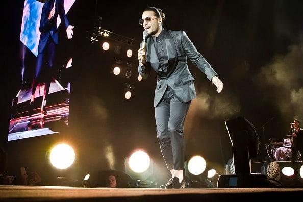 Maluma cantando en concierto