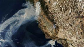 Esta imagen del folleto del Observatorio de la Tierra de la NASA, capturada el 9 de noviembre de 2018 y lanzada el 10 de noviembre de 2018, muestra la quema de Camp Fire (arriba) en Paradise, California, mientras que la de Hill y Woolsey Fires (abajo) se queman en el sur de California