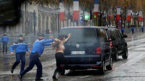 Activista de Femen en toples