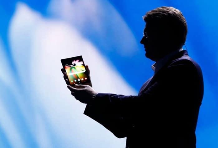 Hombre con celular en la mano