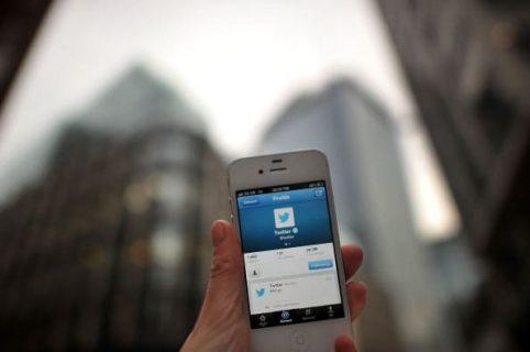 Persona con un celular en la mano