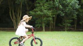 Niña montando bicicleta