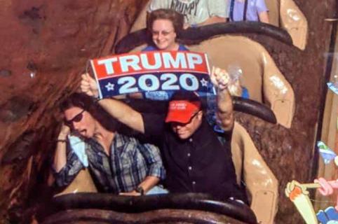 Hombre en montaña rusa de Disney.
