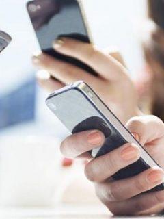 Grupo de personas usando el celular