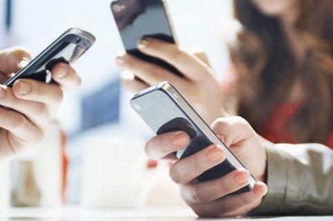 Cuántas veces mira una persona su celular en el día.