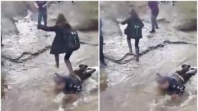 Jóvenes hacen matoneo a compañero de escuela.