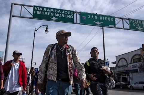 Los migrantes centroamericanos, en su mayoría hondureños, se dirigen hacia Estados Unidos con la esperanza de una vida mejor, caminando por Tijuana, México, el 13 de noviembre de 2018