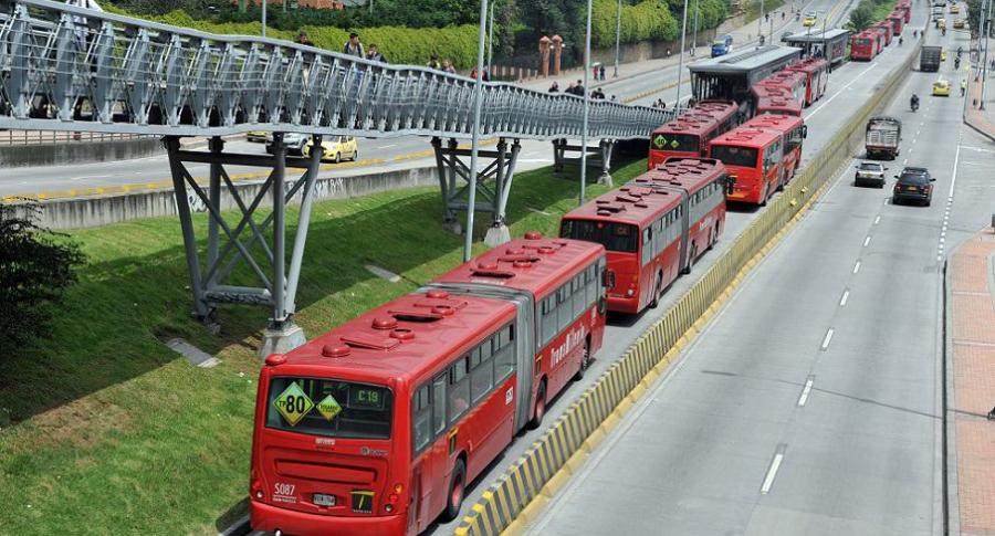 Los autobuses del sistema de transporte público Transmilenio permanecen varados durante una protesta de los usuarios en una estación central en Bogotá.