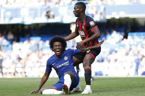 El mediocampista brasileño del Chelsea, Willian, reacciona después de ser lastimado en un desafío con el mediocampista colombiano de Bournemouth, Jefferson Lerma (R), durante el partido de fútbol de la Premier League inglesa entre el Chelsea y Bournemouth en Stamford Bridge