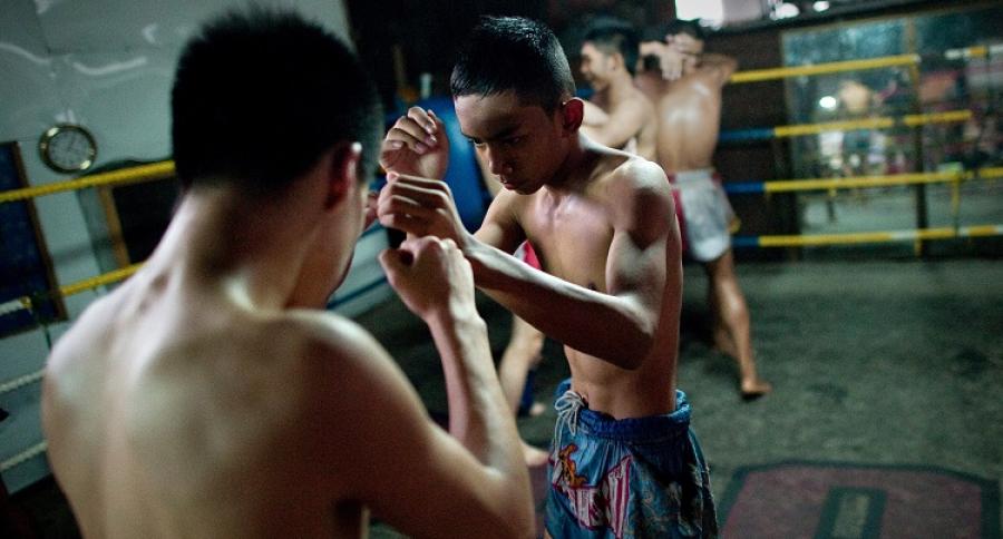 Jóvenes practicando boxeo tailandés