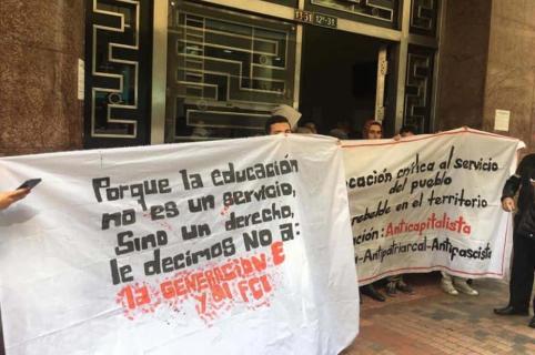 Estudiantes con pancartas