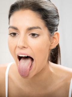 Mujer con la lengua afuera