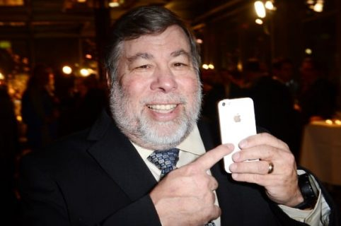 Hombre con un celular en la mano