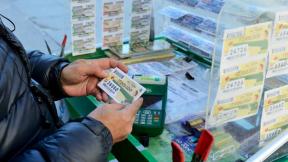 Hombre juega a la lotería.