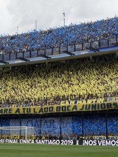 Hinchas de Boca Juniors aplauden antes de la final de la Copa Libertadores