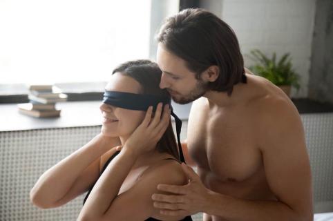Hombre seduciendo a mujer