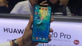 Mujer con celular en la mano