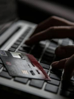 Persona usando un computador, iternet